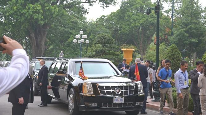 Đoàn xe chở Tổng thống Obama đến Phủ Chủ tịch (ảnh Tuấn Nam, Thời Đại).