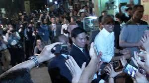 Hình ảnh từ video cho thấy nhà lãnh đạo Mỹ đang cởi nhẫn bỏ túi trước khi bắt tay thêm với người dân Việt Nam.