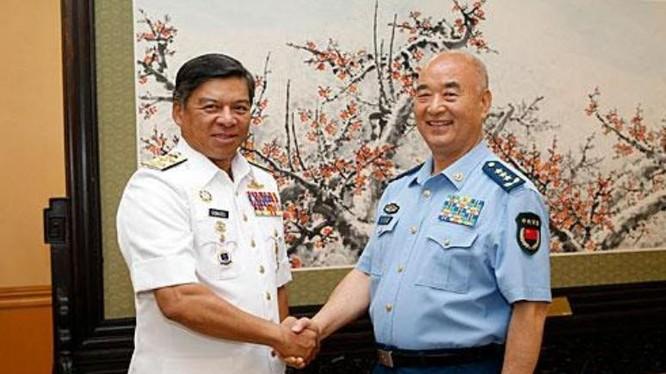 Ngày 24/5/2016, ông Hứa Kỳ Lượng, Phó Chủ tịch Quân ủy Trung ương Trung Quốc tiếp Đô đốc Kamazuraman, Tư lệnh Hải quân Malaysia. Nguồn ảnh: Chinanews.
