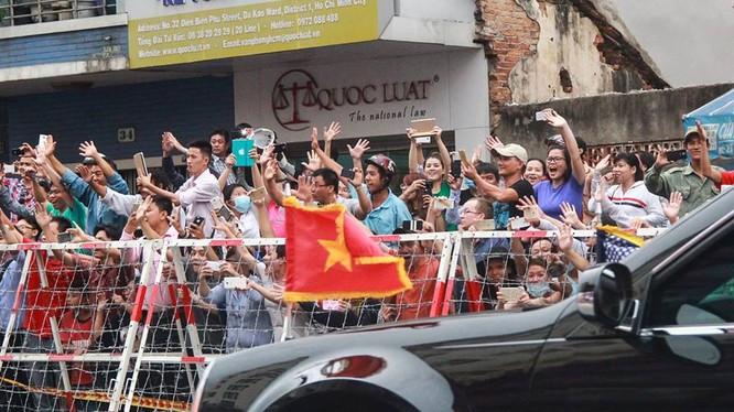 Đoàn xe tháp tùng Tổng thống Mỹ được người dân TP Hồ Chí Minh chào đón ngày 24/5/2016.