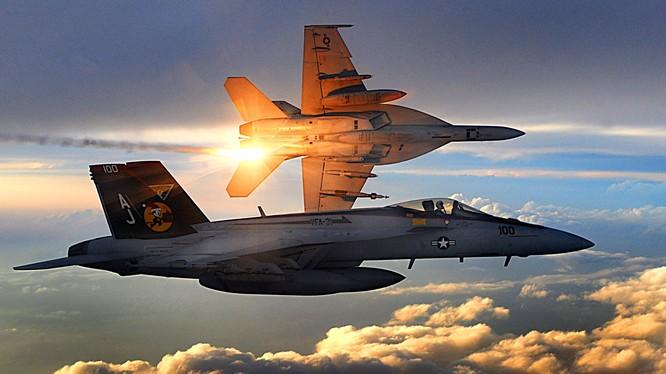 2 máy bay F/A-18 Mỹ va chạm trên không, 4 người bị thương