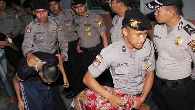 Các thủ phạm trong vụ cưỡng hiếp và sát hại nữ sinh Yuyun bị dẫn giải ra tòa.