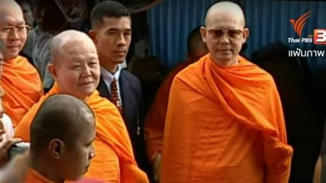 Ông Phra Dhammachayo (bên phải, ngoài cùng).