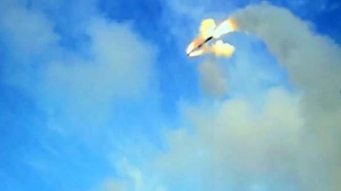 Ấn Độ bắn thử tên lửa hành trình BrahMos trên tàu khu trục. Nguồn ảnh: Sina Trung Quốc.