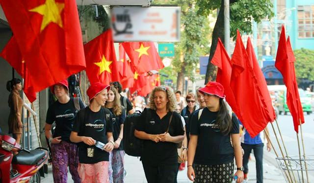 Du khách quốc tế tham quan Hà Nội (ảnh minh họa).