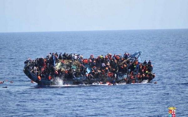 Một chiếc thuyền chở người di cư bị lật ngoài khơi Libya. (Nguồn: Reuters).