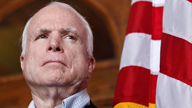 Thượng nghị sỹ John McCain – Chủ tịch Ủy ban Quân vụ Thượng viện Hoa Kỳ.