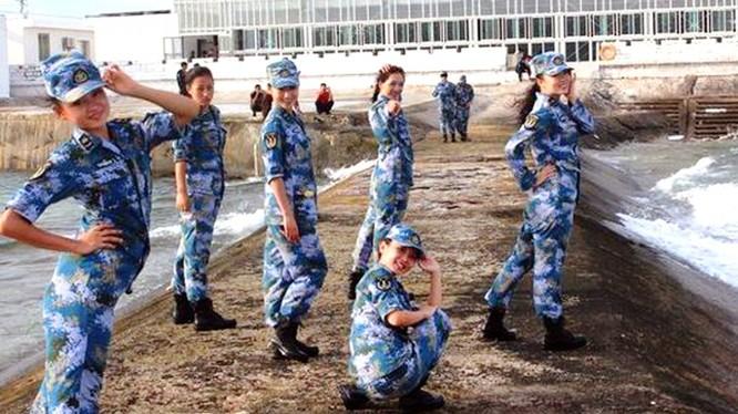 Nữ binh sỹ Trung Quốc đồn trú trái phép trên Đá Chữ Thập thuộc quần đảo Trường Sa của Việt Nam.