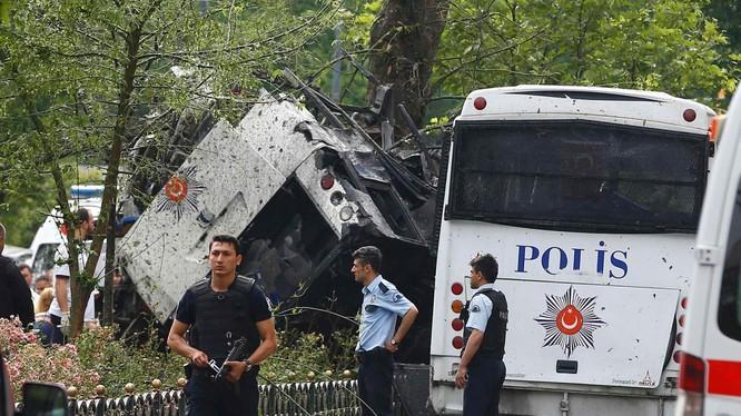 Chiếc xe bus chở cảnh sát được cho là bị những kẻ tấn công phục kích.