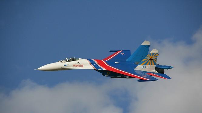 Chiếc Su-27 thuộc phi đội trình diễn Hiệp sỹ Nga.