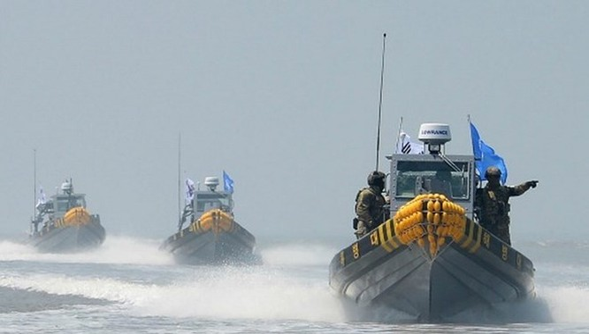 Tàu tuần tra của Hàn Quốc tiến hành một hoạt động để đuổi tàu đánh cá bất hợp pháp của Trung Quốc. (Nguồn: AFP)