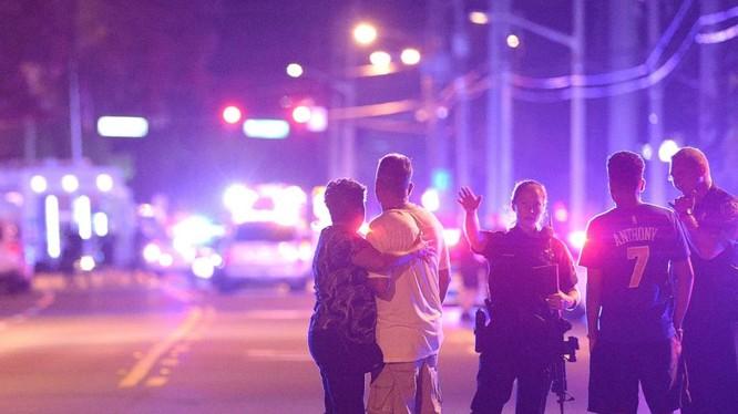 Bên ngoài hiện trường vụ xả súng ở Orlando.