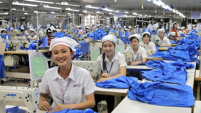 Công nhân lao động kỹ thuật của ngành dệt may Việt Nam (ảnh minh họa VietQ)