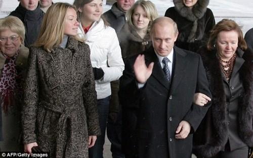 Tổng thống Nga Putin cùng con gái và vợ cũ - bà Lyudmila (hình bên phái) trong một lần xuất hiện trước công chúng. Ảnh tư liệu.