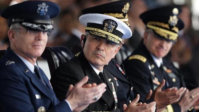 Đô đốc Harry Harris (ngồi giữa), Tư lệnh Bộ Tư lệnh Thái Bình Dương Mỹ. Nguồn ảnh: Getty Images.