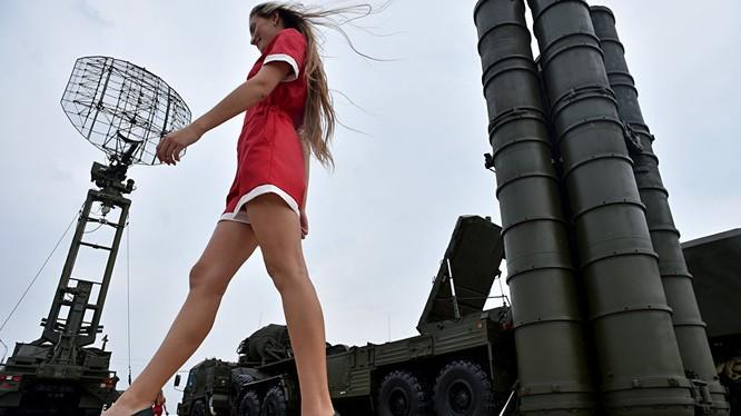 Các hệ thống phòng không S-400 do Nga sản xuất, quảng bá.