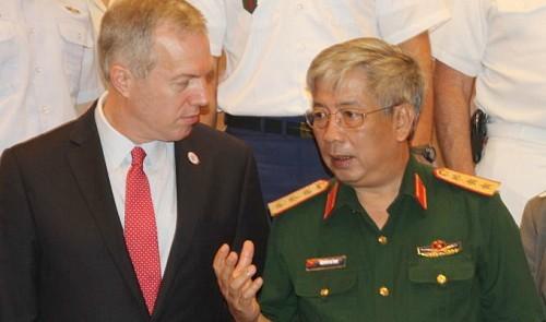 Ông Ted Osius trong một cuộc gặp gỡ với quan chức quốc phòng Việt Nam (ảnh tư liệu báo chí)