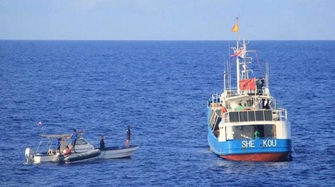 Tàu cá Trung Quốc treo ngược cờ Philippines. (Nguồn: BFAR)