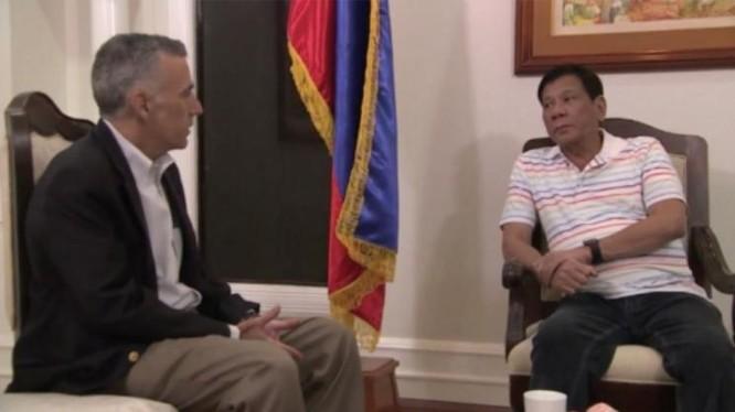 Ngày 13/6/2016, Tổng thống đắc cử Philippines Rodrigo Duterte gặp Đại sứ Mỹ Philip Goldberg. Ảnh: RTVM.