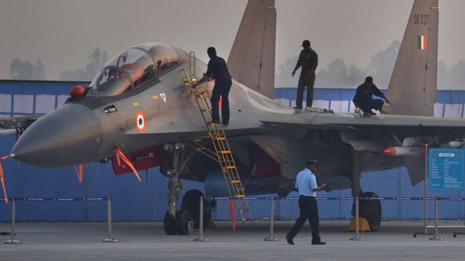 Su-30MKI Ấn Độ bay trình diễn với tên lửa hành trình siêu thanh BrahMos.