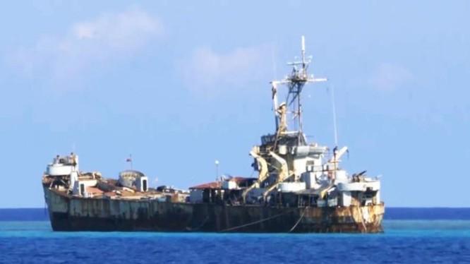 Tàu cũ của Philippines trên bãi Cỏ Mây thuộc quần đảo Trường Sa của Việt Nam. Ảnh: Sina