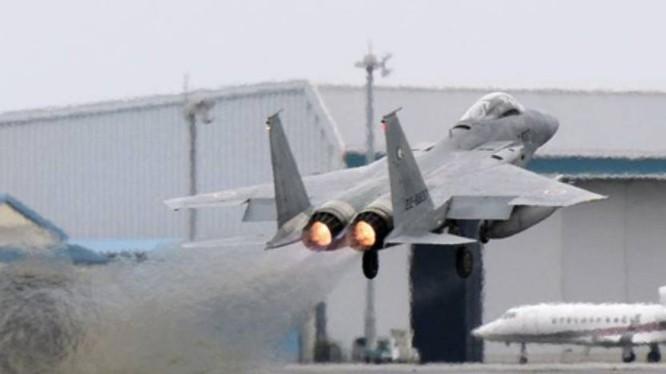 Máy bay chiến đấu F-15 Lực lượng Phòng vệ Trên không Nhật Bản cất cánh ở căn cứ Okinawa. Ảnh: Tin tức Tham khảo, Trung Quốc.