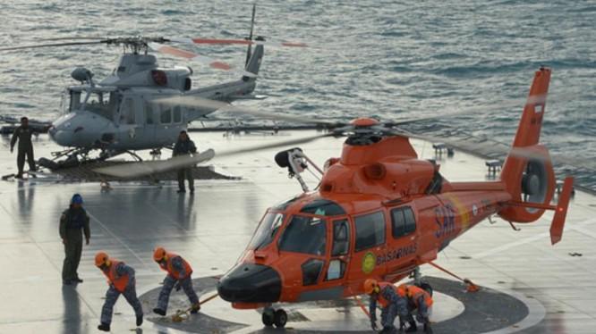 Máy bay trực thăng trên tàu vận tải Hải quân Indonesia. Ảnh: Tin tức Tham khảo.