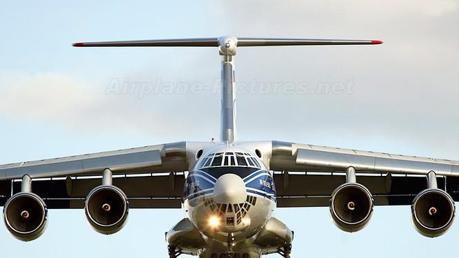 Máy bay IL-76.