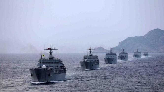 Tháng 8/2014, một chi đội tàu đổ bộ Hạm đội Nam Hải, Hải quân Trung Quốc tiến hành tập trận đổ bộ ở Biển Đông. Ảnh tư liệu.