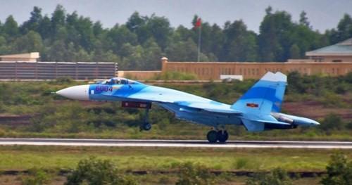 """Trong chương trình """"Chúng tôi là Chiến sĩ"""" được phát sóng gần đây trên VTV3, một chiếc Su-27SK với số hiệu 6004 được sơn màu sơn ngụy trang camo mới khác biệt hoàn toàn so với những chiếc Su-27SK trước đây."""