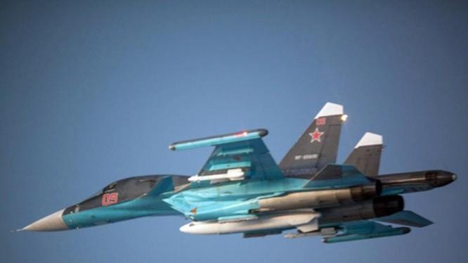 Máy bay ném bom Su-34 của Nga bay trên Biển Baltic.