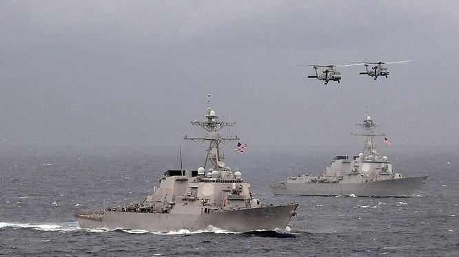 Tàu chiến Hải quân Mỹ tuần tra áp sát đảo nhân tạo do Trung Quốc xây phi pháp ở Biển Đông.