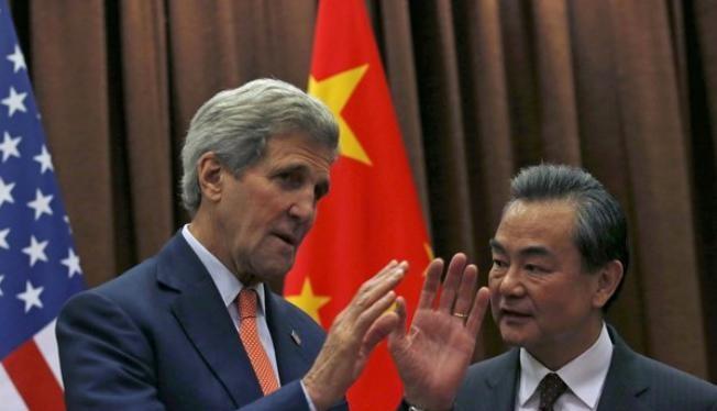 Ngoại trưởng Mỹ John Kerry và Bộ trưởng Ngoại giao Trung Quốc Vương Nghị (Ảnh tư liệu minh họa)