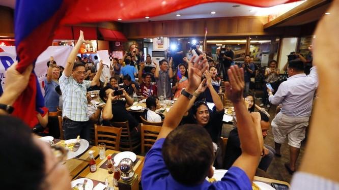 Người dân Philippines vỡ òa trong niềm vui sau khi Tòa Trọng tài Thường trực đã chính thức ra phán quyết cuối cùng về vụ kiện Biển Đông