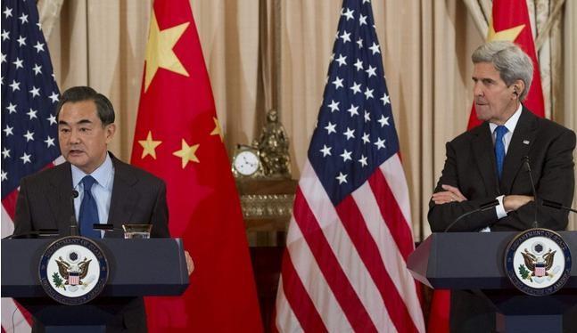 Bộ trưởng Ngoại giao Trung Quốc Vương Nghị và Ngoại trưởng Mỹ John Kerry. Ảnh: Đa Chiều.