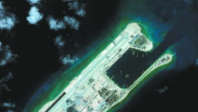 Bắc Kinh tiếp tục đòi chủ quyền và quyền lợi biển vô lý, phi pháp ở Biển Đông. Trong hình là đá Chữ Thập thuộc quần đảo Trường Sa của Việt Nam đã bị Trung Quốc xây dựng bất hợp pháp, biến thành đảo nhân tạo và tiền tiêu quân sự. Ảnh: Sina Trung Quốc.