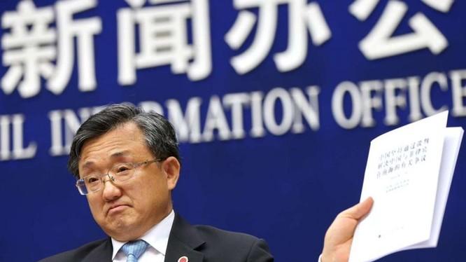 """Ngày 13/7/2016, Chính phủ Trung Quốc tổ chức cuộc họp báo công bố Sách trắng """"Trung Quốc kiên trì thông qua đàm phán giải quyết tranh chấp giữa Trung Quốc và Philippines ở Biển Đông"""". Thứ trưởng Ngoại giao Trung Quốc Lưu Chấn Dân đã có nhiều phát biểu hạ"""