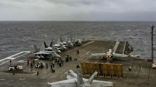 Ngày 10/7/2016, tàu sân bay USS Ronald Reagan Hải quân Mỹ tiến hành huấn luyện cất hạ cánh máy bay trên Biển Đông. Ảnh: Thời báo Hoàn Cầu, Trung Quốc.