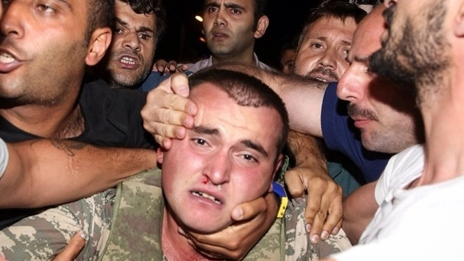 1 binh sỹ tham gia đảo chính bị lực lượng trung thành với Tổng thống Erdogan bắt giữ.