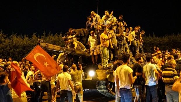 Hỗn loạn trong vụ đảo chính bất thành ở Thổ Nhĩ Kỳ.