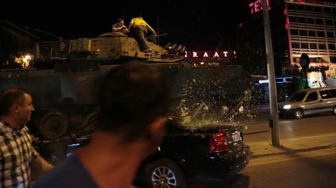 Xe tăng của lực lượng nổi dậy đã nã pháo vào tòa nhà quốc hội