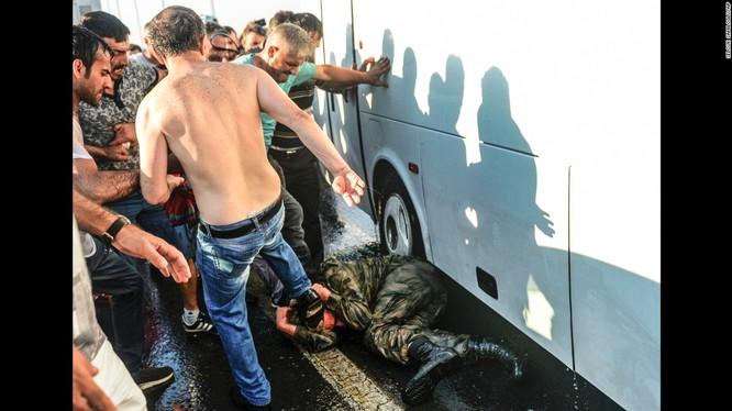 Một quân nhân Thổ Nhĩ Kỳ tham gia đảo chính bị người dân đánh đập sau cuộc chính biến bất thành.