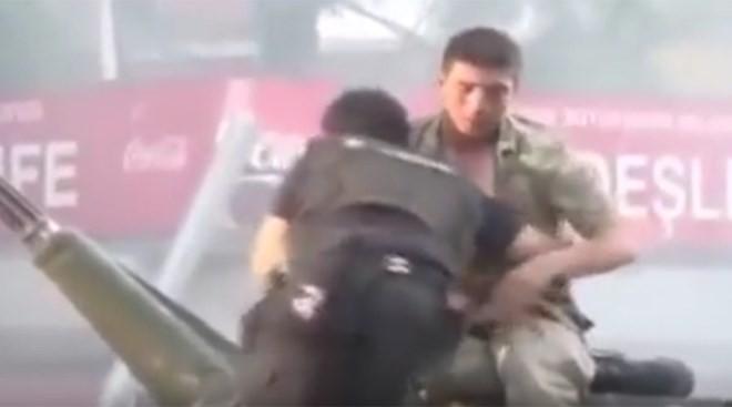 Hình ảnh gây xúc động trong cuộc bạo loạn do đảo chính ở Thổ Nhĩ Kỳ.