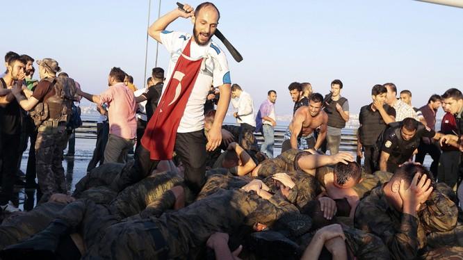 Người dân Thổ Nhĩ Kỳ trả đũa những binh sỹ đã tham gia đảo chính.