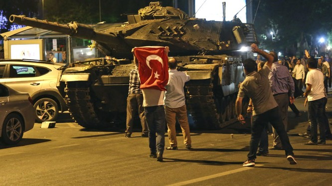 """Cựu Cục trưởng tình báo Thổ Nhĩ Kỳ tố Mỹ đã """"nhúng tay"""" vào cuộc đảo chính"""