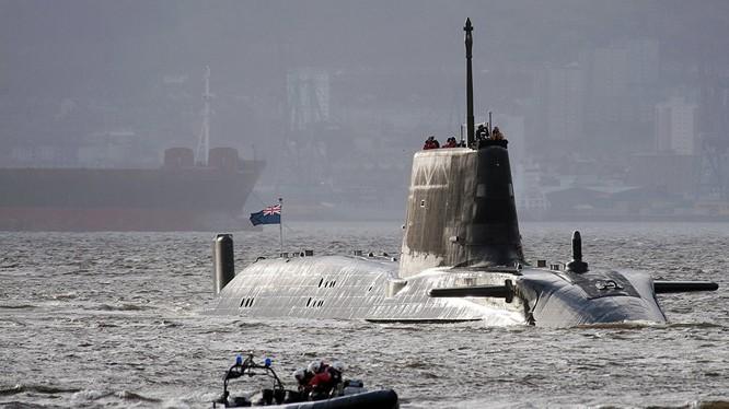 Tàu ngầm hạt nhân Anh va chạm với tàu cá ở ngoài khơi Gibraltar
