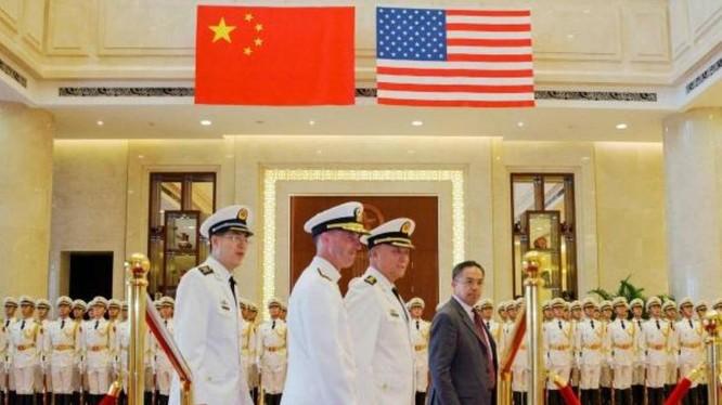Từ ngày 17 đến ngày 20/7/2016, Đô đốc John Richardson, Tham mưu trưởng Hải quân Mỹ thăm Trung Quốc. Trong hình là Lễ đón tại Bắc Kinh ngày 18/7/2016.