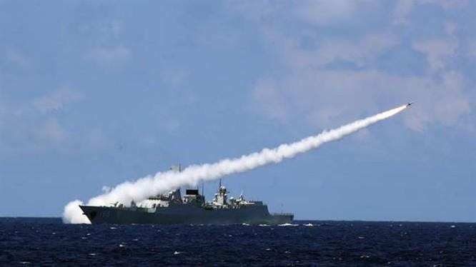 Ngày 8/7/2016, tàu khu trục Quảng Châu của Hạm đội Nam Hải, Hải quân Trung Quốc bắn tên lửa phòng không trong một cuộc tập trận bắn đạn thật của ba hạm đội lớn Hải quân Trung Quốc từ ngày 5 - 11/7/2016. Ảnh: Tân Hoa xã/Chinatimes.