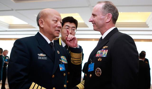 Đô đốc Trung Quốc Ngô Thắng Lợi và Đô đốc Mỹ Johnathan Greenert. Ảnh tư liệu minh họa: Reuters