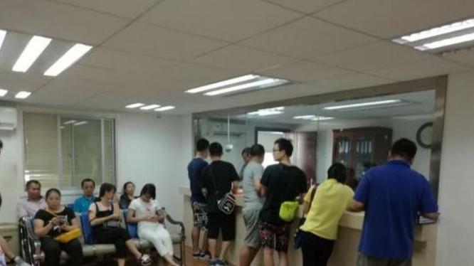 Ngày 22/7/2016, Tổng lãnh sự quán Việt Nam tại Nam Ninh, tỉnh Quảng Tây, Trung Quốc vẫn giải quyết thị thực cho khách du lịch Trung Quốc một cách bình thường. Ảnh: Chinanews.
